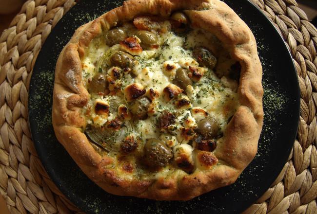 Geitenkaas olijven hartige taart mozzarella pizzadeeg
