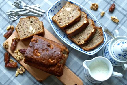 Gezond bananen brood noten servies blauw dadels bovenaanzicht bakken